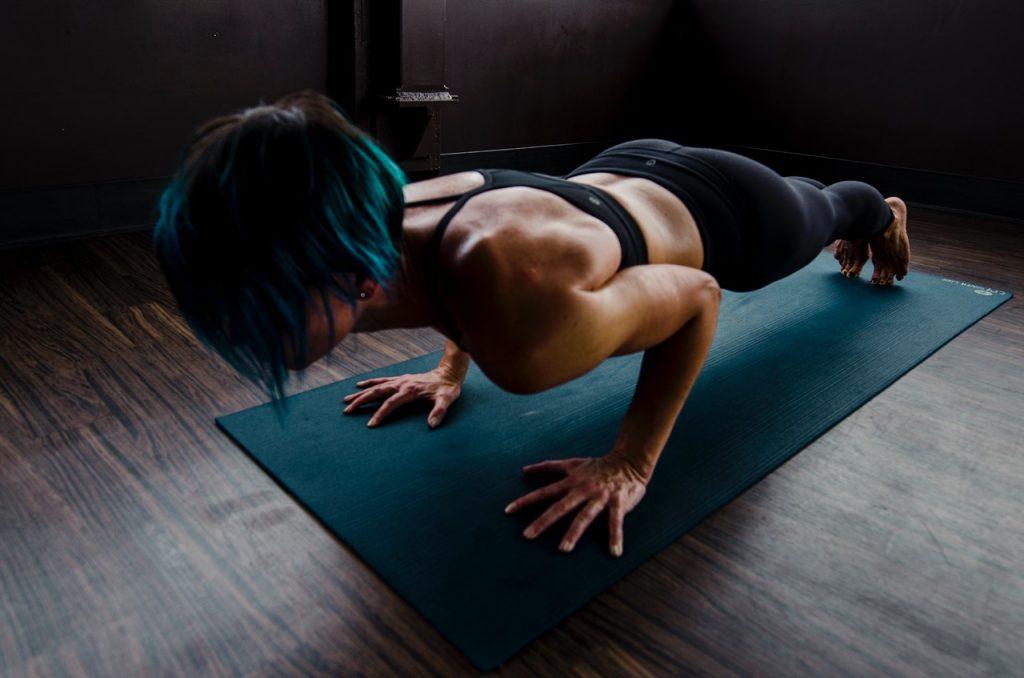 Przykładowe ćwiczenia do wykonywania na macie – top 5